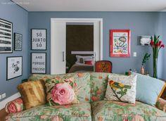 11-decoracao-sofa-flores-quadros-bau