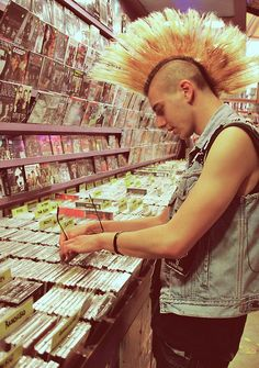 this is not old school because the guy is looking thru CD's & not vinyl. Old school look, but not an old school punk.killer Mohawk non-the-less!-pin it from carden Soft Grunge, Punk Mohawk, Mohawk Hair, Arte Punk, Punk Art, Punk Guys, Punks Not Dead, New Wave, Emo Goth