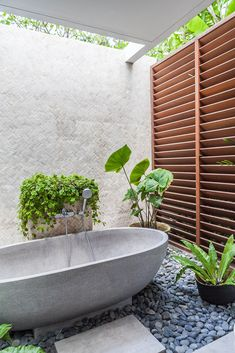 Uma Karo i's a small house tucked away in Berawa, walking distance from the beach, and is so beautifully done. This one is a rare diamond. Modern Bathroom Decor, Bathroom Interior Design, Modern Bathtub, Bungalows, Indoor Outdoor Bathroom, Garden Bathroom, Future House, My House, Tropical Bathroom