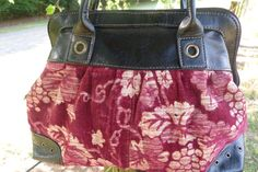 Boho bag gentle to the contact, velvety, velour really feel. Nice measurement compact but roomy. Just a little little bit of Mary Poppins!