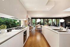 45 Trendy Kitchen Window Splashback Home Home Decor Kitchen, Kitchen Interior, Space Kitchen, Open Kitchen, Glossy Kitchen, Kitchen Living, Living Room, White Kitchen Appliances, White Kitchens