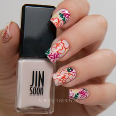 Delicate floral manicure for summer