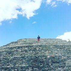 """Kinich Kak Moo es un enorme templo de la cultura maya localizado en el centro de la Ciudad de Izamal en el estado de Yucatán México construido en honor al Dios maya homónimo.  Su nombre a veces también escrito """"Kinich Kakmo"""" significa """"Guacamaya de fuego con rostro solar"""" en lengua maya.  Mide 34 metros de altura y es la tercera edificación prehispánica más alta del país siendo superada solamente por la """"Pirámide del Sol"""" en Teotihuacán y la """"Pirámide de Cholula"""" en Puebla.  Tiene un estílo…"""