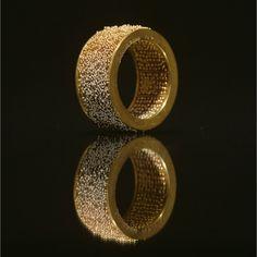 © Giovanni Corvaja 2000. Ring. 18K gold, 26 alloys shading from white to red to yellow / Trochę to zbyt ozdobne na obrączkę ślubną, ale przepych też ma swoich wielbicieli.