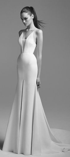Descripto: It does look like a CalvinKlein number i. Eva Mendes (purple number), not quite sure, as the silhouette is clean and well drapped on the model. Perhaps Micheal Kors or Spanish? Designer Wedding Dresses, Bridal Dresses, Wedding Gowns, Bridesmaid Dresses, Minimal Wedding Dress, Minimalist Wedding Dresses, Minimalist Gown, Hippie Stil, Couture Mode