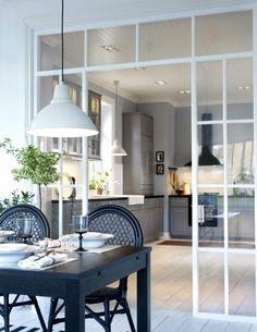 Glassvegg mellom kjøkken og stue/spiseplass Metod kjøkken fra Ikea