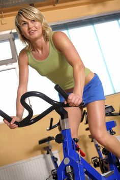 Spin Your Way to Fat Loss with Interval Training Cycling Tips, Cycling Workout, Workout Programs, Fitness Programs, Spin Bike Workouts, Indoor Workout, Exercise Activities, Bike Trainer, Spinning Workout