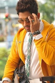 Allu Arjun looks cool in yellow zipper Dj Images, Actors Images, Hair Images, Actor Picture, Actor Photo, Dj Movie, Movie Photo, Movie List, Allu Arjun Hairstyle