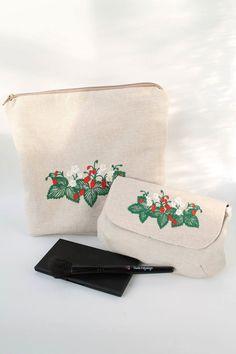 Kosmetik und Kulturtasche, Clutsch, Stoff Tasche, Make up Tasche, Motivstickerei Erdbeeren von Schrejderiha auf Etsy