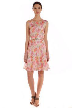 Vestido de seda estampada con flores. Escote redondo con frunces al frente. $ 1,699.00