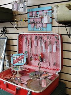 Awesome DIY Jewelry Box Plans for Men's and Girls jewelry diy jewelry display for craft shows - Diy Jewellery Storage, Jewellery Display, Diy Jewelry, Girls Jewelry, Beach Jewelry, Jewelry Holder, Necklace Storage, Jewelry Rack, Necklace Holder