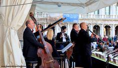 Orquestra em frente do Café Florian