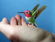 Artist cuts every single feather to craft exquisite paper and wooden birds