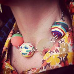 $32  collar de pelotitas de goma. via Bahía, confecciones, recuerdos y puestas de sol.. Click on the image to see more!