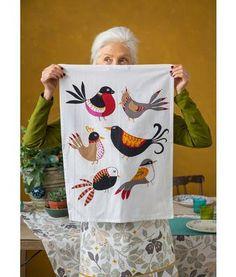 """Gudrun Sjödén Küchentuch """"Nido"""" aus Öko-Baumwolle, 2er-Pack Dieses Küchentuch im 2er-Pack mit verspielten Vögeln und kontrastfarbigem Aufhänger bringt Farbe in die Küche und ist ein tolles Mitbringsel bei Essenseinladungen.  Größe 45 x 60 cm Artikelnummer 69210"""
