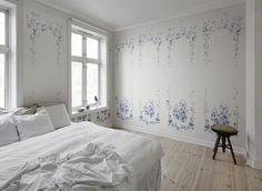 Marieberg is a wall mural that looks like a beautiful hand-painted porcelain decor. The foliage forms a typical Gustavian embellishment on the wall. The pattern is named after the Marieberg porcelain factory. Scandinavian Style, Scandinavian Interior, Wallpaper Samples, Wall Wallpaper, Bedroom Wallpaper, Inspirational Wallpapers, Interior Decorating, Interior Design, Blue Wallpapers