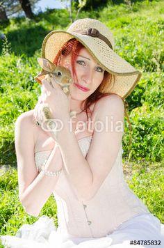 Primo piano di una ragazza con un coniglietto nano. #Ritratto #Woman #Bunny #Female #hat #Animal #Summer #Portrait #Summer #Style #Fashion #Model #Farm #Pet #animal