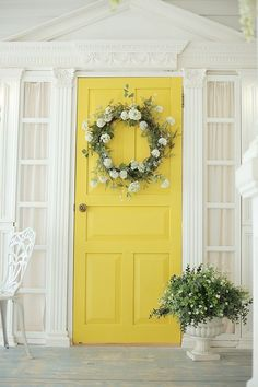 Spring is finally here which means that Eater is just around the corner! Time to decorate! Here are some of our favorite DIY Easter porch decor ideas! Nothing welcomes your guests like an amazing porch. Modern Farmhouse Exterior, Farmhouse Decor, Country Farmhouse, Front Porch Flowers, Summer Porch Decor, Spring Decorations, Outdoor Decorations, Spring Door, Spring Summer