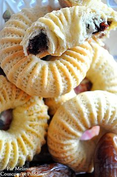 Kaak el Nakache (Cakes Filled with Dates), popular Algerian sweet. Read More by radiadz Arabic Dessert, Arabic Sweets, Lebanese Cuisine, Lebanese Recipes, Libyan Food, Eid Cake, Algerian Recipes, Algerian Food, Gastronomia