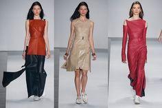 O desfile de Gloria Coelho trouxe o couro em vestidos