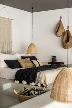 chambre a coucher moderne, murs blancs, deco exotique dans la chambre a coucher … modern bedroom, white walls, exotic deco in the complete adult bedroom Boho Chic Bedroom, Trendy Bedroom, Modern Bedroom, Bedroom Rustic, Bedroom Black, Natural Bedroom, Bedroom Neutral, Industrial Bedroom, Contemporary Bedroom