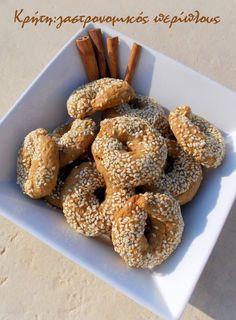 Κι άλλα κουλουράκια!   Όπως έχω ξαναγράψει, στα τετράδιά μου υπάρχουν παραπάνω από πενήντα συνταγές με λαδερά κουλουράκια, πολλές με …ονοματεπώνυμο.Αν λογαριάσω κι αυτές που γυροφέρνουν… Greek Cookies, Greek Recipes, Bagel, Doughnut, Biscuits, Deserts, Food And Drink, Sweets, Bread