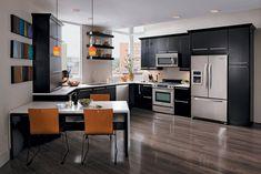 modèle de cuisine moderne en noir et orange, sol en parquet foncé et déco murale en bois