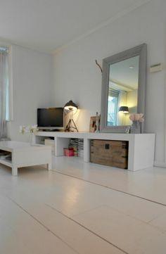 Wit geschilderde vloer: eenvoudig en rustig interieur.