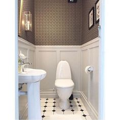 Just love this guest toilet by Our wallpaper Edvin is truly one of my favourites! West of Sweden Guest Toilet, Downstairs Toilet, Small Toilet, Bathroom Inspo, Laundry In Bathroom, Small Bathroom, Logs, Beautiful Homes, Sweet Home