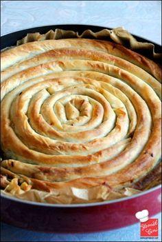 """✿ ❤ ♨ Unlu Çıtır Börek (Yiyenlerin istisnasız """"bu elde açma börek mi?"""" diye sorduğu bu böreğin sırrı yufkaların arasına sürülen yağ+su karışımı ve arasına serpilen un. :) Ve de, tarifte ıspanaklı iç hazırlanmış olsa da, iç malzemesi isteğe bağlı, hepsi yakışıyor.)"""