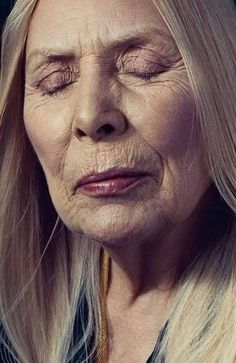 Joni Mitchell 74 and still beautiful Joni Mitchell Paintings, Bob Dylan Forever Young, Silver Haired Beauties, Mature Faces, Ageless Beauty, Mademoiselle, Aging Gracefully, Special People, Interesting Faces