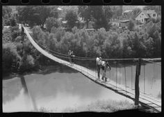 [Untitled photo, possibly related to: Mountaineers crossing the Kentucky River over swinging bridge, carrying their supplies home from Jackson, Breathitt County, Kentucky] | Library of Congress