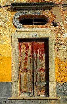 Abriendo-puertas:      Door, Estói, Algarve, Portugal.