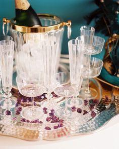 Foto dezembro Edição 2012 - Uma bandeja de servir de material de vidro claro e champanhe no gelo