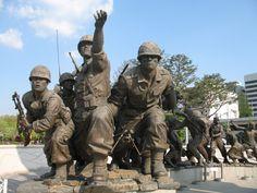 In augustus 1945, tijdens WOII, verklaarde de Sovjet Unie de oorlog tegen Japan en bezette Korea boven de 38e breedtegraad. De VS bezetten vervolgens het zuidelijk deel. In 1948 werden er twee afzonderlijke regeringen opgezet. Beiden beweerden de regering van Korea te zijn en ze  accepteerden de getrokken grens niet als definitief. Het conflict breide uit tot een oorlog toen Noord-Koreaanse strijdkrachten (gesteund door de Sovjet Unie en China) het zuiden binnenvielen op 25 juni 19...