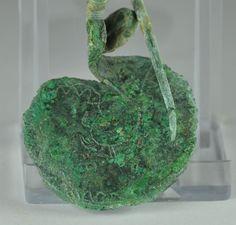 Fibula Villanoviana, VII secolo a.C. Fibula Villanoviana in bronzo, fibula Villanoviana a disco decorata a bulino con uccello, lunga 9 cm. Collezione