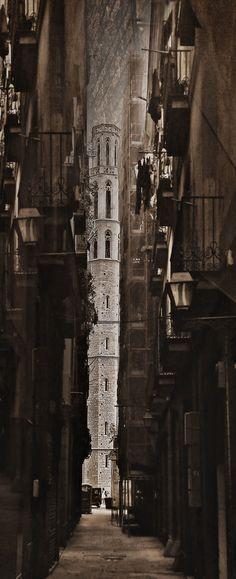 Santa Maria del Mar, Barcelona, des d'un carreró