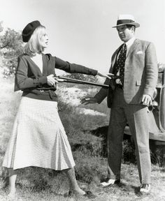 Old movies are great sources of fashion inspiration and I can't think of a better one than Bonnie and Clyde, directed by Arthur Penn. Faye Dunaway as outlaw Bonnie Parker became one of the sharpest iconic figures and is right. Bonnie Parker, Bonnie And Clyde Movie, Bonnie And Clyde 1967, Bonnie And Clyde Photos, Bonnie And Clyde Halloween Costume, Faye Dunaway, Old Hollywood Style, Hollywood Fashion, Classic Hollywood