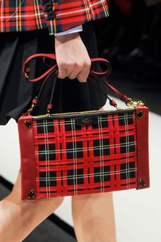 Moschino at Milan Fashion Week Fall 2013 - Details Runway Photos Tartan Fashion, Moda Fashion, Preppy Fashion, Runway Fashion, Scottish Plaid, Scottish Tartans, Moschino, Tweed, Tartan Christmas