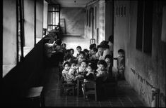 Trong một vườn trẻ, nơi trẻ em được hưởng bữa trưa miễn phí.1980
