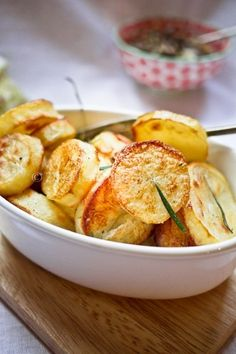 Jamie Oliver's Perfect Roasted Potatoes ~ These appear at dinner weekly. Vegetable Side Dishes, Vegetable Recipes, Vegetarian Recipes, Cooking Recipes, Healthy Recipes, Easy Recipes, Healthy Food, Cookbook Recipes, Vegan Food