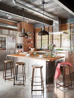 工業用キッチンで、むき出しのレンガの壁