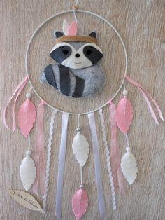 Petit Raton laveur est bien heureux de protéger votre enfants des vilains rêves ; grâce à son attrape-rêves les nuits de votre pitchoun seront paisibles et sa chambre encore plus jolie.  Toutes les pièces sont entièrement découpées et cousues à la main avec le plus grand soin. Diy Crafts Knitting, Felt Crafts, Sewing Crafts, Diy Christmas Activities, Los Dreamcatchers, Cactus Craft, Diy Stockings, Macrame Wall Hanging Diy, Hippie Baby