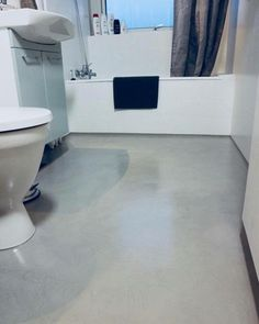 Do you dream about a new bathroom in 2018? KABE Stone is used here on an old tile floor to modernize the overall impression of the room! - and the best thing is that you dont need professional help - KABE Stone is a DIY-product :) Read more about KABE Stone on our website: www.kabecopenhagen.dk/kabe-stone-2/
