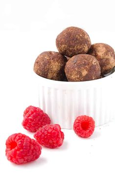 At just 100 calories, these Chocolate Raspberry Bliss Balls or energy balls are the perfect pick-me-up. They're super easy to make with no refined sugar! Food Network Recipes, Gourmet Recipes, Food Processor Recipes, Snack Recipes, Raw Energy, Energy Balls, Healthy Baking, Healthy Snacks, Healthy Recipes