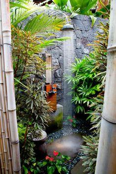 douche extérieure décorée avec du bambou