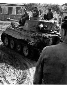 A Tiger 1 nr. 323 moving through a Russian village