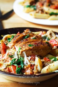 This chicken pasta with spinach and bacon in creamy tomato sauce is simply amazing. The DELICIOUS creamy sauce permeates every single bite of this dish! Chicken Spinach Pasta, Chicken Pasta Recipes, Chicken Sauce, Cooked Chicken, Chicken Meals, Recipe Chicken, Chicken Wings, Creamy Tomato Sauce, Creamy Pasta