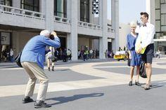 """Bill Cunningham est le photographe mode le plus influent et passionné de New York. A 86 ans, il travaille toujours pour la rubrique """"fashion"""" du New York Times et inspire les leaders de la mode tels qu'Anna Wintour..."""