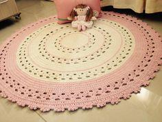 Lindo tapete em crochê, rosa e cru, medindo 1 metro de diâmetro. Confeccionado com barbante de qualidade.